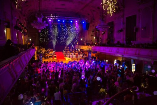 Gäste im bunt beleuchteten Stefaniensaal. Foto: Verena Lepuschitz