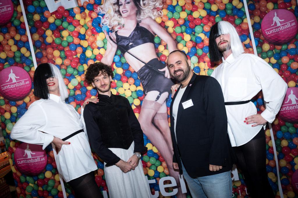 """Sia Sisters und PantherInnen präsentieren Plakat zu """"Let's Play""""."""